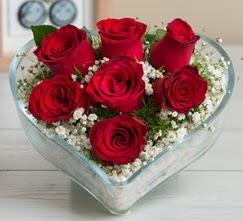Kalp içerisinde 7 adet kırmızı gül  Kıbrıs çiçek gönderme