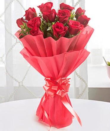12 adet kırmızı gülden modern buket  Kıbrıs çiçekçi telefonları