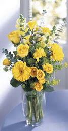 Kıbrıs cicekciler , cicek siparisi  sari güller ve gerbera cam yada mika vazo