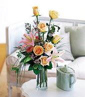 Kıbrıs hediye çiçek yolla  cam yada mika vazo içerisinde gül kazablanka