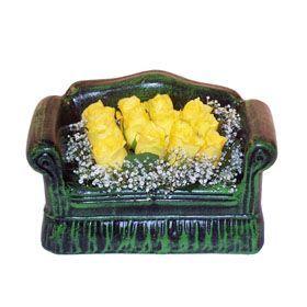 Seramik koltuk 12 sari gül   Kıbrıs çiçekçi mağazası