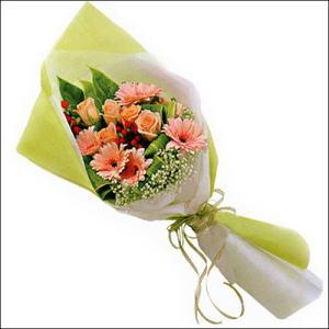 sade güllü buket demeti  Kıbrıs internetten çiçek satışı