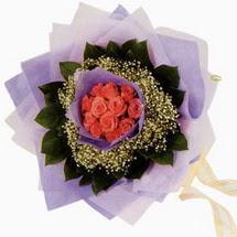 12 adet gül ve elyaflardan   Kıbrıs internetten çiçek satışı