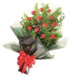 12 adet kirmizi gül buketi   Kıbrıs internetten çiçek satışı