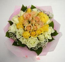 sari ve beyaz gül karisimda   Kıbrıs hediye çiçek yolla