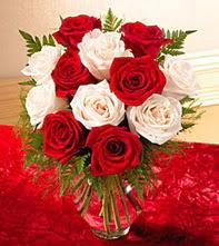 Kıbrıs anneler günü çiçek yolla  5 adet kirmizi 5 adet beyaz gül cam vazoda