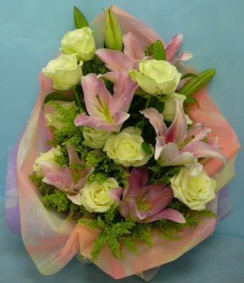 11 adet gül ve 2 adet kazablanka buketi  Kıbrıs internetten çiçek siparişi