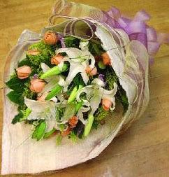 Kıbrıs internetten çiçek siparişi  11 ADET GÜL VE 1 ADET KAZABLANKA
