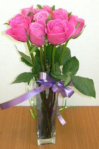 cam vazo içerisinde 11 adet gül  Kıbrıs internetten çiçek siparişi