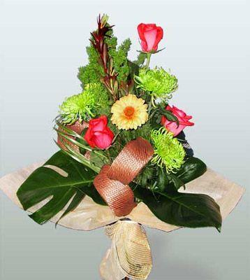 Kıbrıs çiçekçi mağazası  3 adet gül 4 adet gerbera çiçegi sade buket