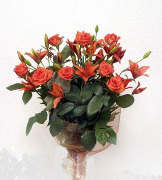 9 adet gül ve 3 adet lilyum çiçegi buketi   Kıbrıs uluslararası çiçek gönderme