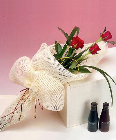 3 adet kalite gül sade ve sik halde bir tanzim  Kıbrıs online çiçek gönderme sipariş