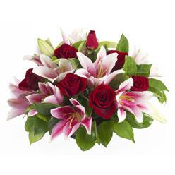 güller ve kazablnaklardan aranjman  Kıbrıs çiçek online çiçek siparişi