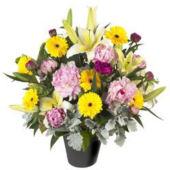 karisik mevsim çiçeklerinden vazo tanzimi  Kıbrıs anneler günü çiçek yolla