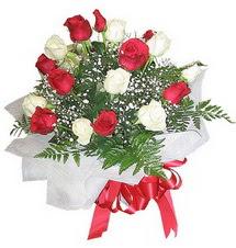 Kıbrıs hediye çiçek yolla  12 adet kirmizi ve beyaz güller buket