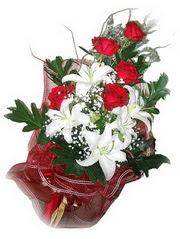 Kıbrıs yurtiçi ve yurtdışı çiçek siparişi  5 adet kirmizi gül 1 adet kazablanka çiçegi buketi