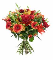Kıbrıs çiçek satışı  3 adet kirmizi gül ve karisik kir çiçekleri demeti