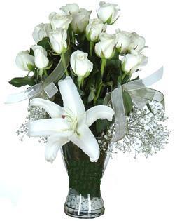 cam içerisinde 11 beyaz gül ve 1 kazablanka  Kıbrıs çiçekçiler