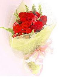 9 adet kirmizi gül buketi  Kıbrıs uluslararası çiçek gönderme