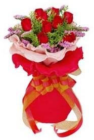 Kıbrıs 14 şubat sevgililer günü çiçek  8 Adet kirmizi güllerden buket tanzimi