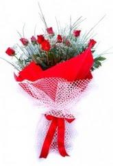 Kıbrıs çiçek yolla  9 adet kirmizi gül buketi demeti