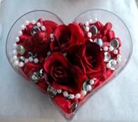 Kıbrıs uluslararası çiçek gönderme  mika kalp içerisinde 3 adet gül ve taslar