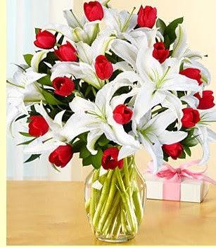 Kıbrıs çiçekçiler  3 kazablanka 10 kırmızı gül vazosu