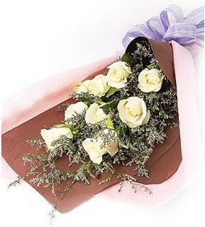 Kıbrıs uluslararası çiçek gönderme  9 adet beyaz gülden görsel buket çiçeği