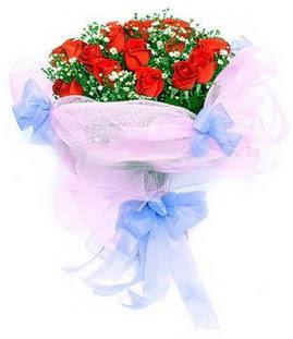 Kıbrıs çiçekçiler  11 adet kırmızı güllerden buket modeli