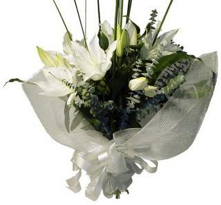Kıbrıs internetten çiçek satışı  2 dal kazablanka çiçek buketi