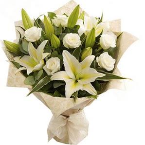 Kıbrıs çiçek online çiçek siparişi  3 dal kazablanka ve 7 adet beyaz gül buketi