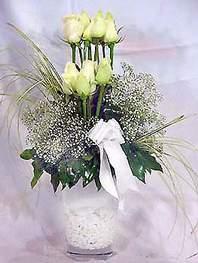 Kıbrıs cicekciler , cicek siparisi  9 adet vazoda beyaz gül - sevdiklerinize çiçek seçimi