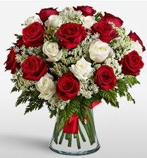 Vazoda 12 kırmızı 12 beyaz gül tanzimi  Kıbrıs anneler günü çiçek yolla