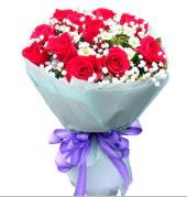 12 adet kırmızı gül ve beyaz kır çiçekleri  Kıbrıs internetten çiçek satışı