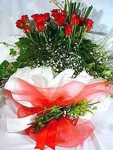 Kıbrıs ucuz çiçek gönder  11 adet kirmizi gül beyaz krepte