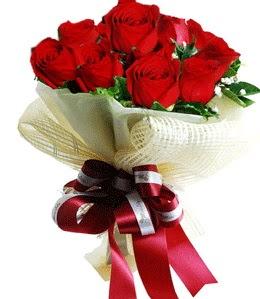 9 adet kırmızı gülden buket tanzimi  Kıbrıs çiçek gönderme