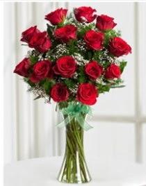 Cam vazo içerisinde 11 kırmızı gül vazosu  Kıbrıs çiçek online çiçek siparişi