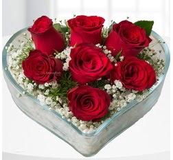 Kalp içerisinde 7 adet kırmızı gül  Kıbrıs kaliteli taze ve ucuz çiçekler