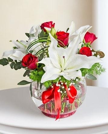 Fanus Vazoda 2 Lilyum ve 5 Gül Dansı  Kıbrıs çiçek satışı