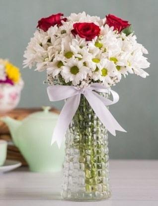 Papatya Ve Güllerin Uyumu camda  Kıbrıs çiçek gönderme