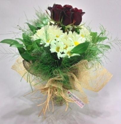 5 adet kırmızı gül ve kırızantem buketi  Kıbrıs uluslararası çiçek gönderme