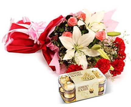 Karışık buket ve kutu çikolata  Kıbrıs hediye çiçek yolla