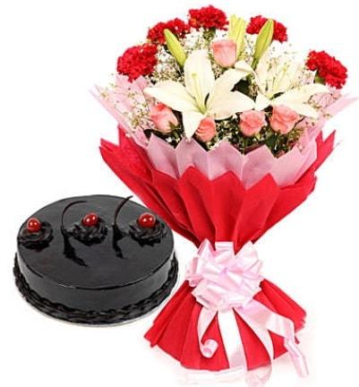 Karışık mevsim buketi ve 4 kişilik yaş pasta  Kıbrıs internetten çiçek satışı